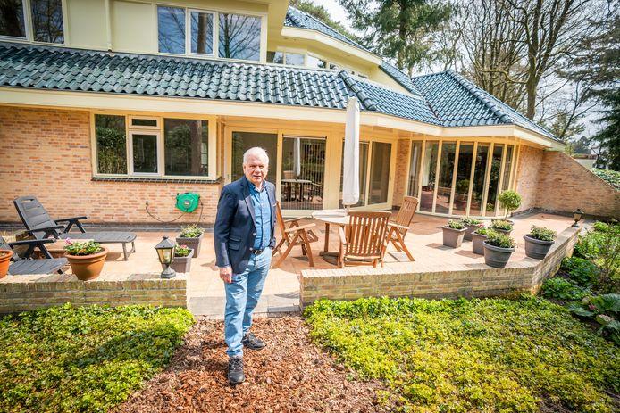 Hans van Waaijen bij zijn huis.