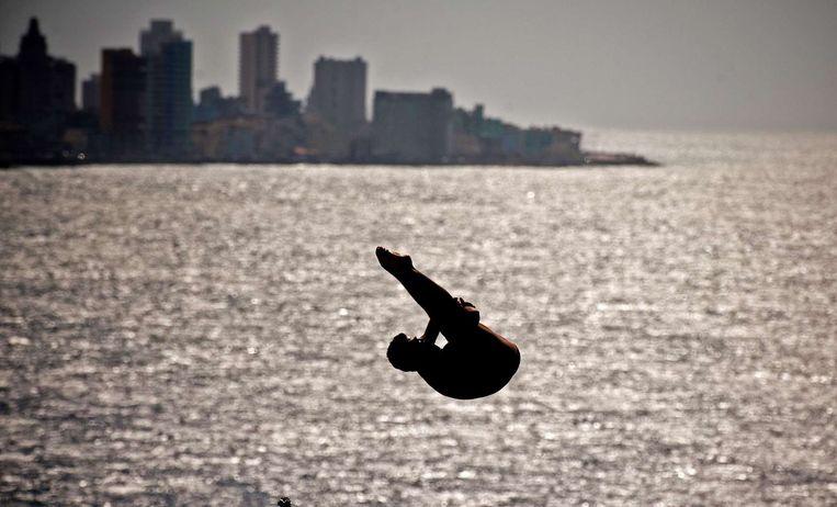 Een sfeerbeeld van de duikkampioenschappen van Havana. Een deelnemer in actie op de 27-meterplank. Beeld afp