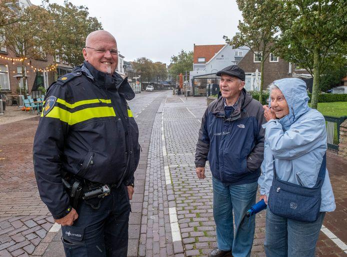 Henk van der Linden wijst op de laatste dag in uniform nog toeristen de weg naar het Marie Tak van Poortvliet Museum in Domburg.