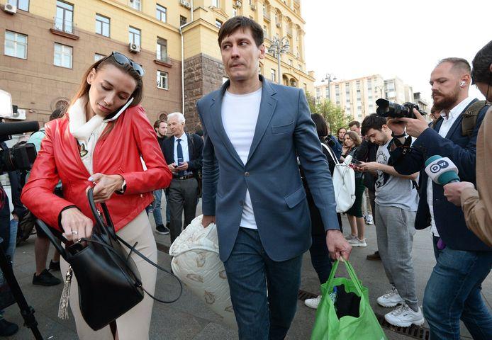 Dmitri Goedkov met zijn vriendin bij het verlaten van het detentiecentrum waar hij 48 uur werd vastgehouden.