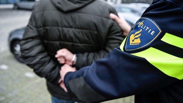 De man werd aangehouden en overgebracht naar het politiebureau.