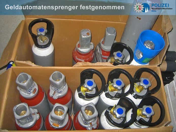 In garageboxen in de omgeving van Keulen werden onder meer deze gasflessen gevonden die de Audi-bende gebruikt(e) bij  plofkraken.