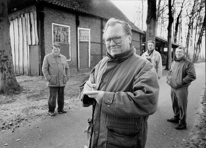 Harry Wonink (op de voorgrond) stippelt in december 1991 vanuit Hertme de laatste wandeling voor de krant uit.