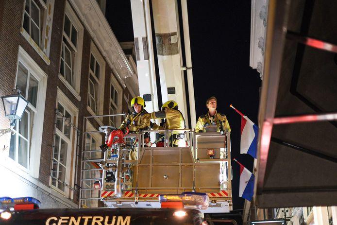 De brandweerlieden hadden een hoogwerker nodig om bij de kleine brand in de Molenstraat te kunnen komen.