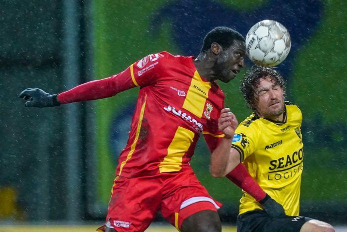 De eerste grote kans was voor Go Ahead Eagles-spits Mulenga (links).