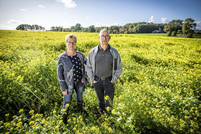 Carla en haar man Erwin Evers bij hun bedrijf in Hezingen.