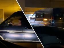 Vrouw blijft busje maar door te lage parkeergarage rammen