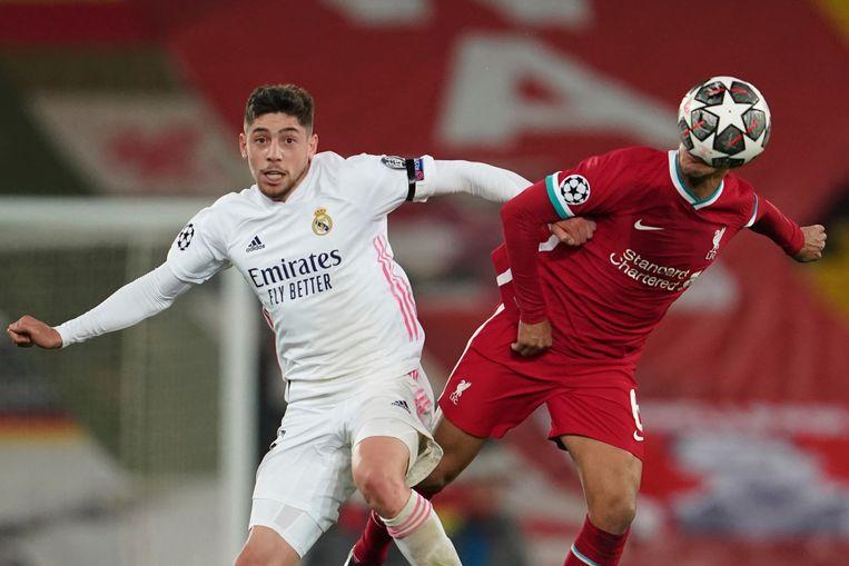 Real Madrid-speler Federico Valverde (L) en Liverpool-speler Thiago Alcántara. Beeld AP