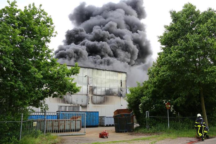 De brand brak rond 18.15 uur uit bij een bedrijf aan de Veerweg in Waalwijk.