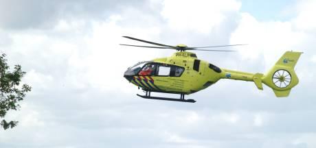 Jongetje zakt door dak van stal in Tubbergen en wordt afgevoerd met traumahelikopter