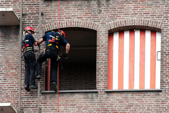 Brandweermannen aan het abseilen in Eindhoven.