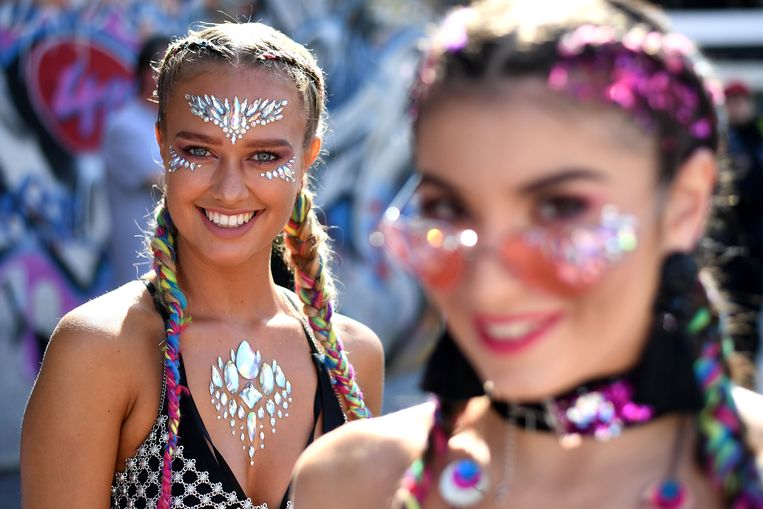 LONDON, ENGLAND - AUGUST 27:  Young women prepare for Notting Hill Carnival on August 27, 2017 in London, England. The Notting Hill Carnival began with a special ceremony of remembrance following the Grenfell fire tragedy.  (Photo by Leon Neal/Getty Images) Beeld Getty Images