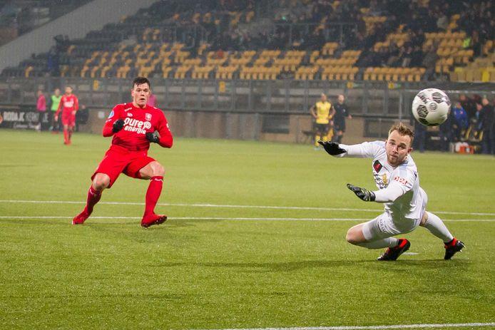 Tom Boere mist op bezoek bij Roda JC dé kans om zijn ploeg op een 0-2 voorsprong te zetten.
