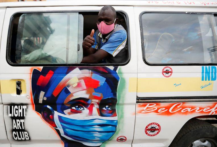 Een chauffeur in Nairobi. Temmerman: 'Een mondmasker is hier in Kenia zelfs verplicht op straat. Wie het niet draagt, krijgt een zware boete.' Beeld REUTERS