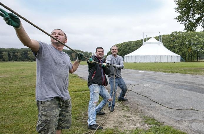 Opbouw circus Circolo op landgoed Velder.