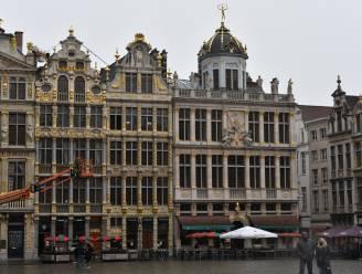 Regen gooit roet in het eten: terrasjes op Brusselse Grote Markt blijven behoorlijk leeg
