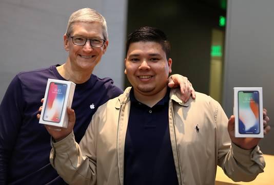 Apple-ceo Tim Cook poseert met een trotse iPhone X-bezitter uit Palo Alto, Californië