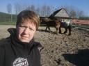Nele gaat dagelijks naar hun paarden om die te verzorgen.
