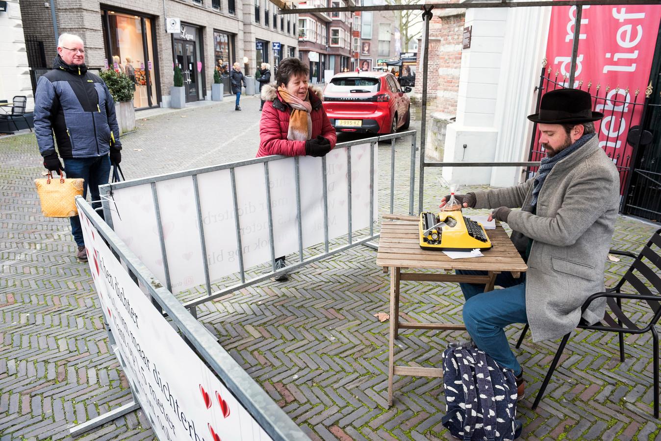 Dichter Lars van der Werf typt gedichtjes op maat voor passanten.