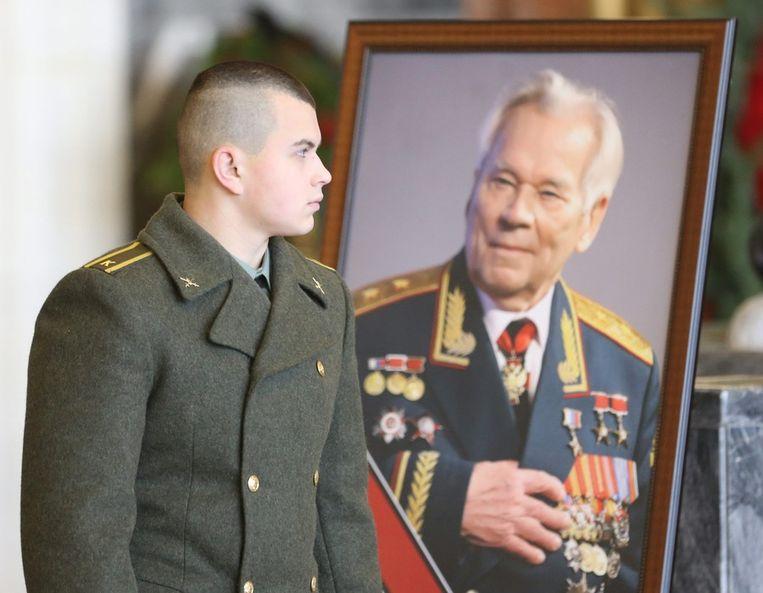 Een Russishce kadet staat even oog in oog met Michail Kalasjnikov. Beeld epa