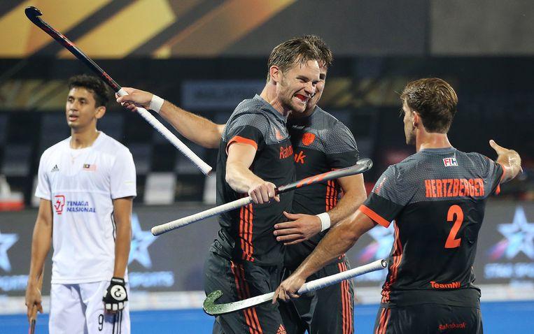 Mirco Pruyser (midden) viert het doelpunt met teamgenoten in de wedstrijd tegen Maleisië. Beeld EPA