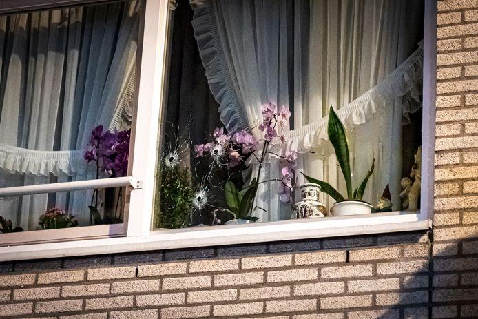 De kogelgaten in het raam van het oudere echtpaar, dat vermoedelijk per abuis is beschoten.