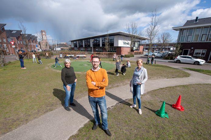 Basisschool Het Letterveld staat letterlijk centraal in de wijk Sluitersveld. Vooraan Bart Egberink (ouder en voorzitter ouderraad), achter directeuren Bep Landhuis (links) en Miranda Guikema.