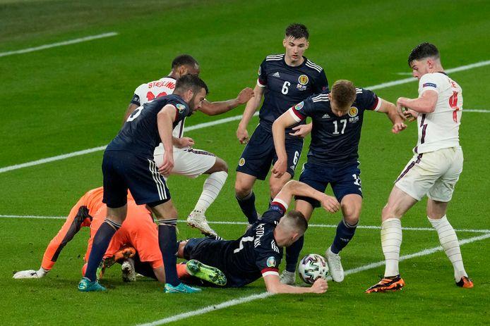 Een scrimmage voor het Schotse doel in de slotfase.