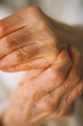 Hoofdletsel, gebroken borstbeen, kneuzing van de long en bloeding in de darmen: 86-jarige komt om na mishandeling door dochter en schoonzoon