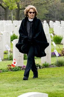 Prinses Margriet bezoekt foto-expositie op Canadese Begraafplaats Groesbeek: 'Dit is een kroon op ons werk'