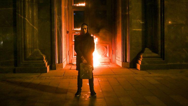 Pyotr Pavlensky voor de ingang van de FSB, de geheime dienst Beeld varlamov.ru