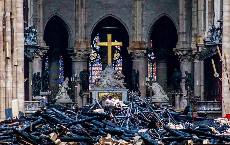 Het kruis en de piëta in het puin van de Notre-Dame in Parijs. Beeld REUTERS