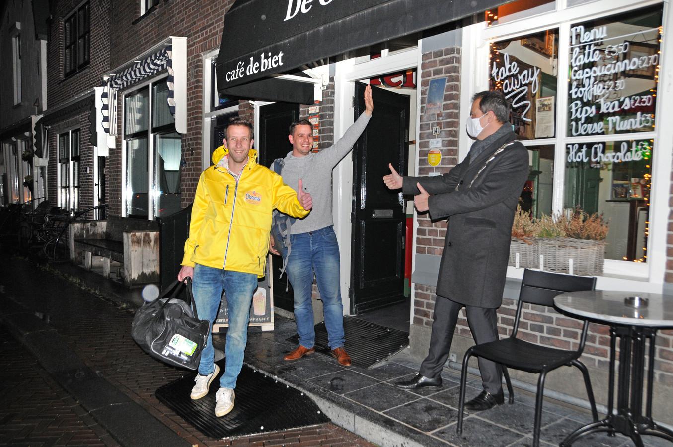 Het zit erop! Na vier volle dagen mogen Gerrit van Loon (links) en Jim Stremme het tot Glaezen Hûûs gedoopte café De Biet verlaten. Ze worden uitgezwaaid door de burgemeester.
