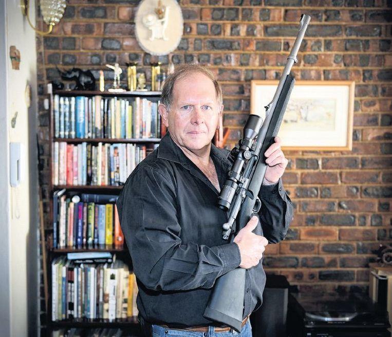 John Welch,gepensioneerd advocaat, is dol op vuurwapens. 'Een verbod zou Zuid-Afrika alleen maar onveiliger maken.' Beeld Bram Lammers
