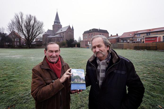 Antoon Koevoets (links) en de onlangs overleden Ben Donkers met hun dikke boek over Stampersgat