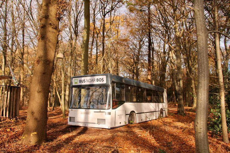 Ook de bus, geparkeerd midden in het bos, is een folly. Beeld Van Doorn Flip