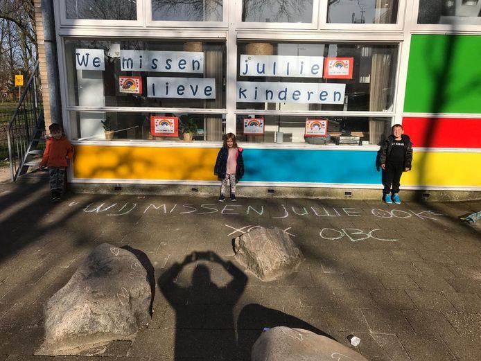 Docenten én kinderen van Montessorischool de Schakel in Hoogvliet laten weten dat ze elkaar missen tijdens de sluiting van de scholen.