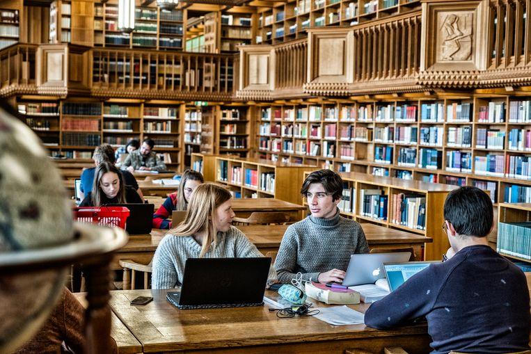 Studenten in de universiteitsbibliotheek van de KU Leuven. Beeld Tim Dirven