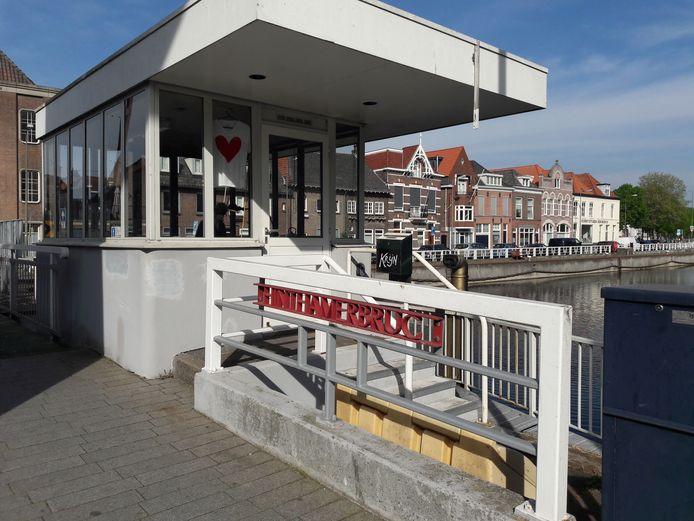 Voormalig brugwachtershuisje bij de Hinthamerbrug.  In Amsterdam is een aantal brugwachtershuisjes geschikt gemaakt om te overnachten. Kan dat ook in Den Bosch?