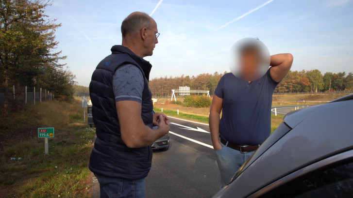 Undercoveragenten in touringcar bekeuren bellende automobilisten