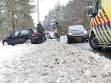 Veel schade bij botsing drie auto's op N304 tussen Otterlo en Ede