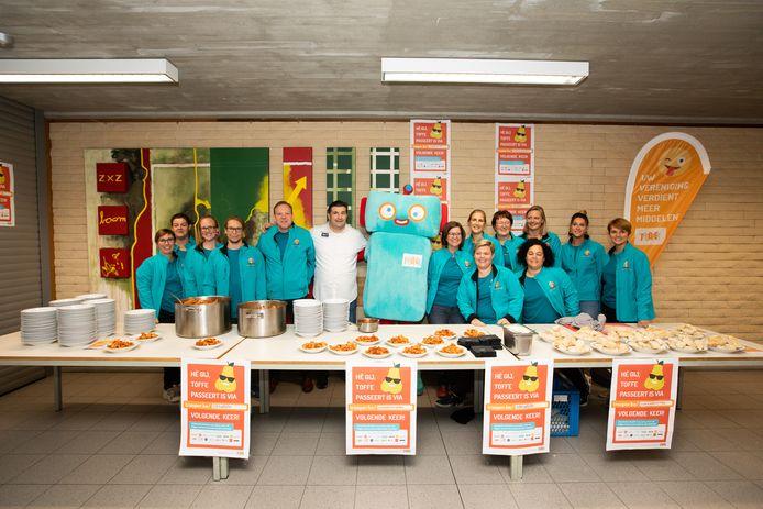 Pepe Giacomazza heeft pasta gemaakt voor Vrije Basisschool De Wissel in Opitter, de winnaar van de tweede grote Trooperwedstrijd