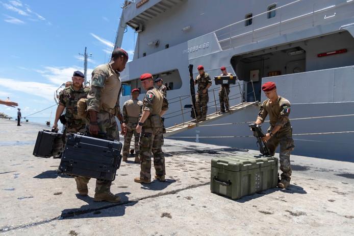 De militairen gaan onder meer drinkwater, houdbaar voedsel en medicijnen naar de Bahama's brengen.