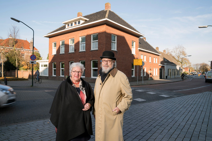 Diny en Winston Bouwman wonen in het pand op de hoek Hoofdstraat-Kluisstraat.  Hier woonde vroeger de familie Van Oppenraaij.  Diny en Winston spraken Henriëtte enkele keren en hebben mooie verhalen over haar.
