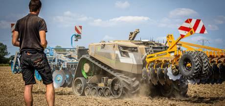 Deze robottractor in de Hoeksche Waard doet vele hoofden omdraaien deze dagen: 'Hij is allround'