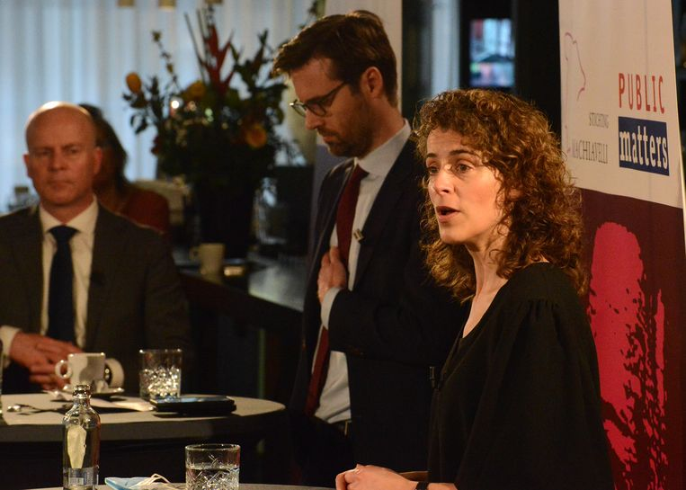 Campagneleider Sophie Hermans (VVD) neemt het woord over haar campagne, op de achtergrond Sjoerdsma (D66) en Knops (CDA). Beeld Jos van Leeuwen / Public Matters