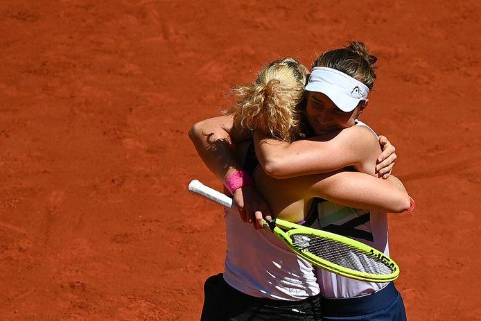 Barbora Krejcikova (r) viert de titel met haar dubbelpartner Katerina Siniakova.