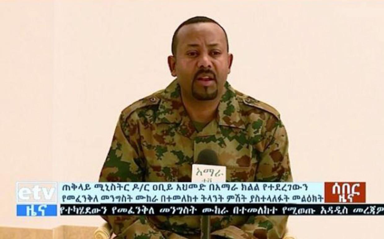 Premier Abiy Ahmed op de nationale tv in legeruniform na de coup.