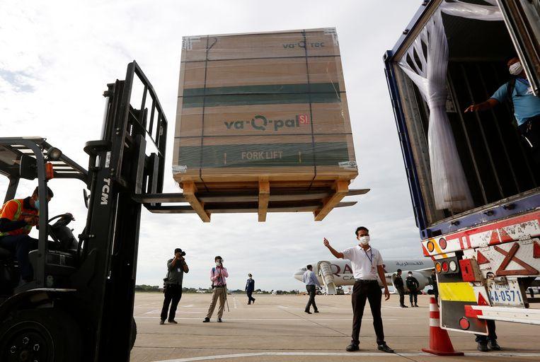 Cambodjaanse vliegveldmedewerkers laden een pallet met Janssenvaccins in een vrachtwagen. De Amerikaanse overheid heeft tot dusver één miljoen doses gedoneerd aan het Zuidoost-Aziatische land. Beeld EPA