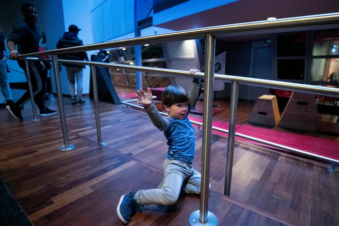 Zondag mogen de kinderen - en hun ouders- zelf los op de dansvloer of met freerunnen, waar ze met verplaatsbare objecten hun eigen parcours uitzetten.